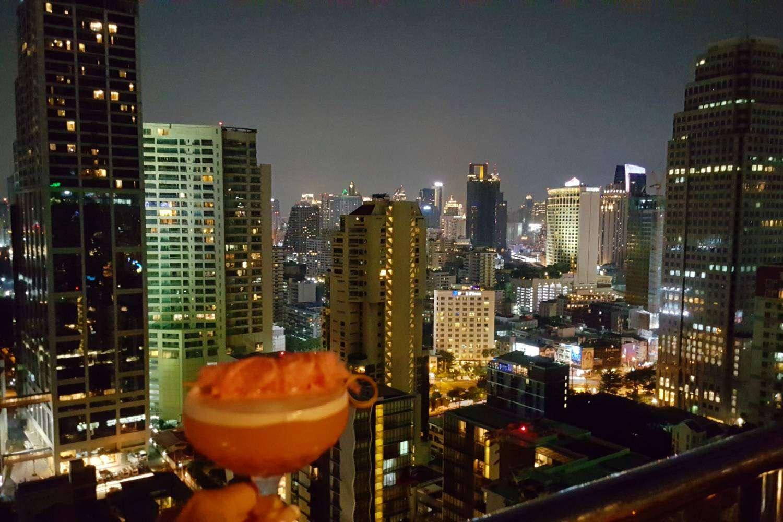 Cocktails bij 1826 Mixologist & Rooftop Bar op het dak van Rembrandt Hotel & Suites in Bangkok