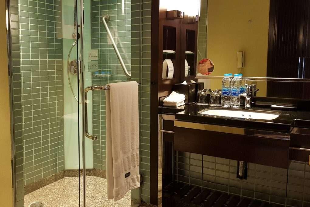 Badkamer met douche (en bad) van de Premium Deluxe Twin Room van The Westin Grande Sukhumvit in Bangkok
