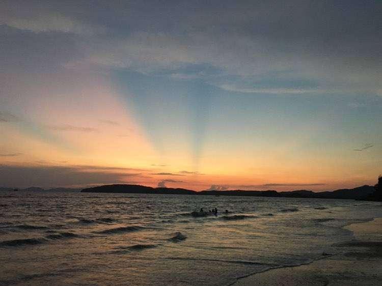Zonsondergang boven de Andaman zee bij Ao Nang
