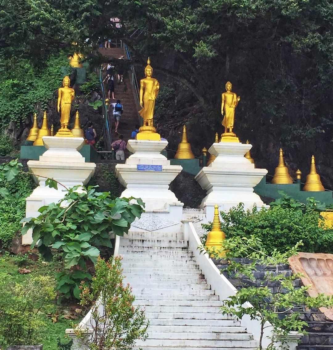 De eerste trappen van de Tiger Cave Temple in de buurt van Krabi Town