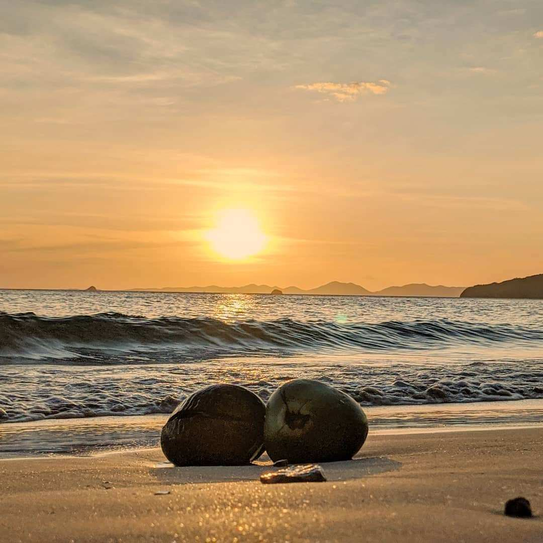 Twee aangespoelde kokosnoten op het strand van Ao Nang