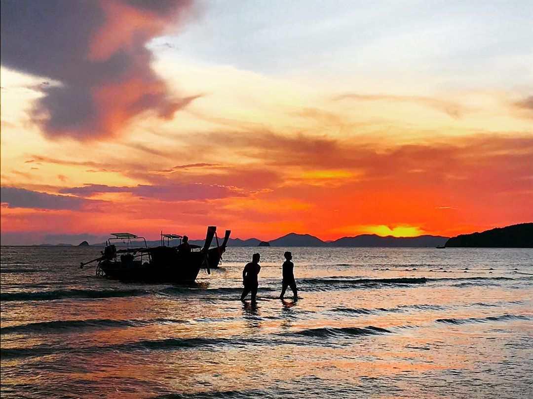 Longtailboot die net aankomt voor de kust van Ao Nang