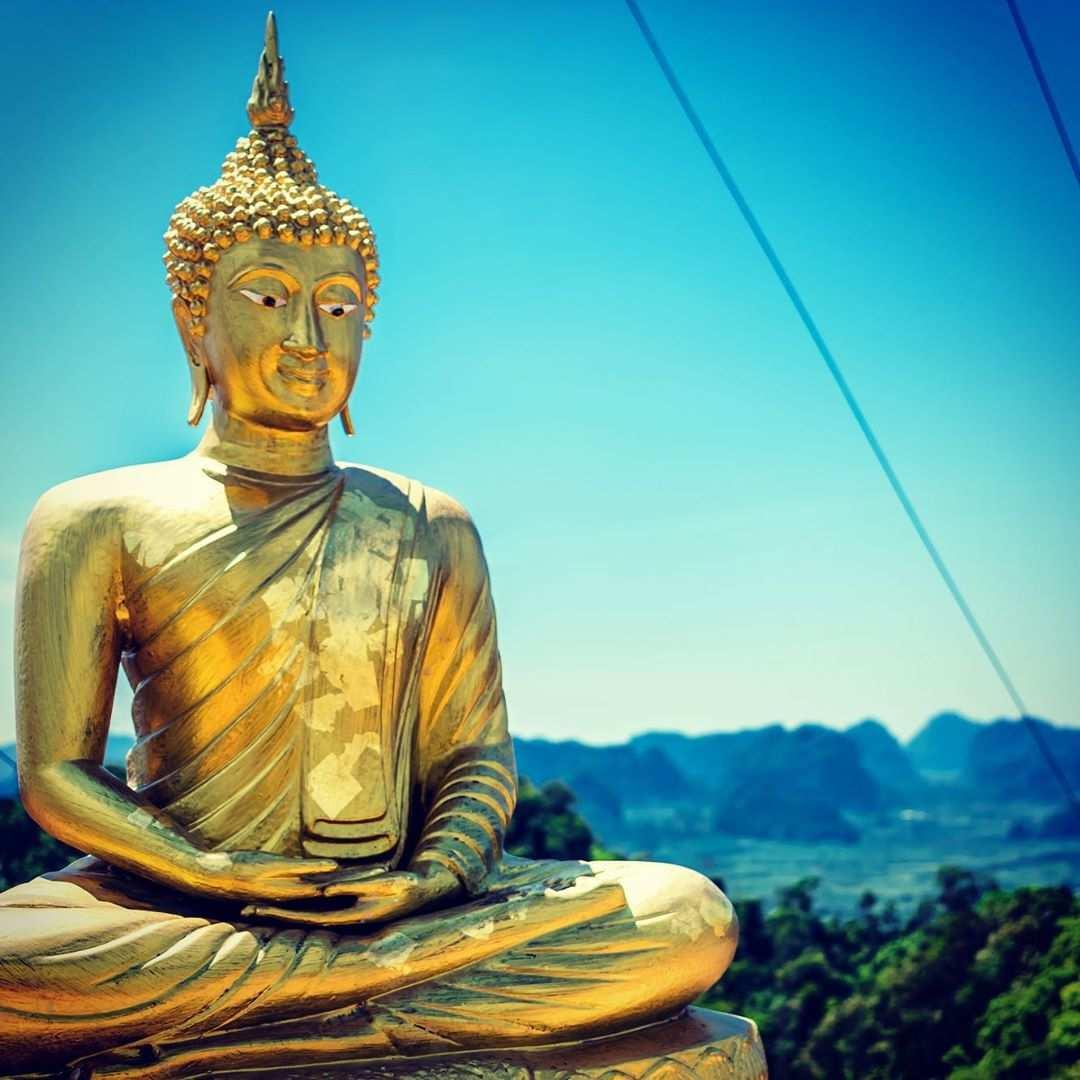 Buddha beeld op de Tiger Cave Temple vlakbij Krabi Town