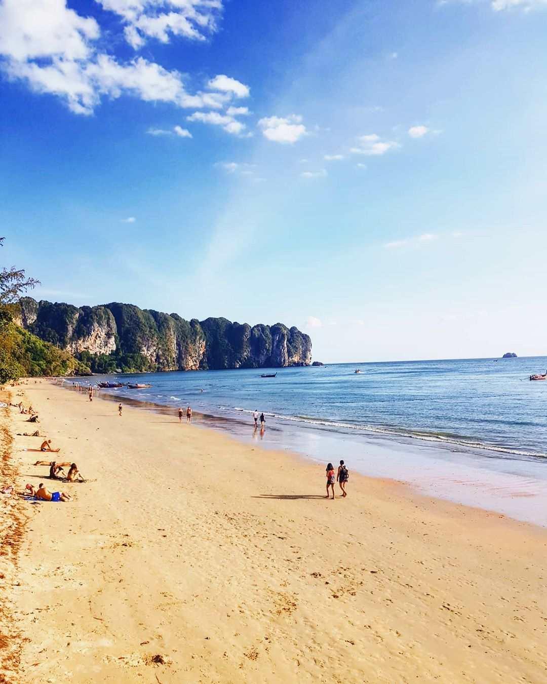 Het strand van Ao Nang in de provincie Krabi, Thailand