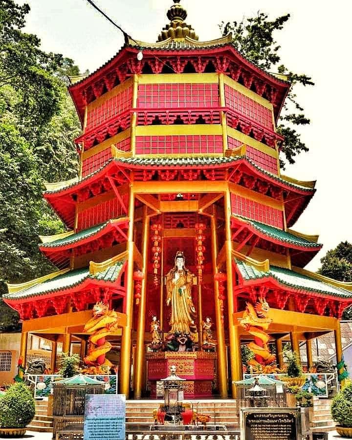 Rode pagoda op het Wonderland terrein van de Tiger Cave Temple