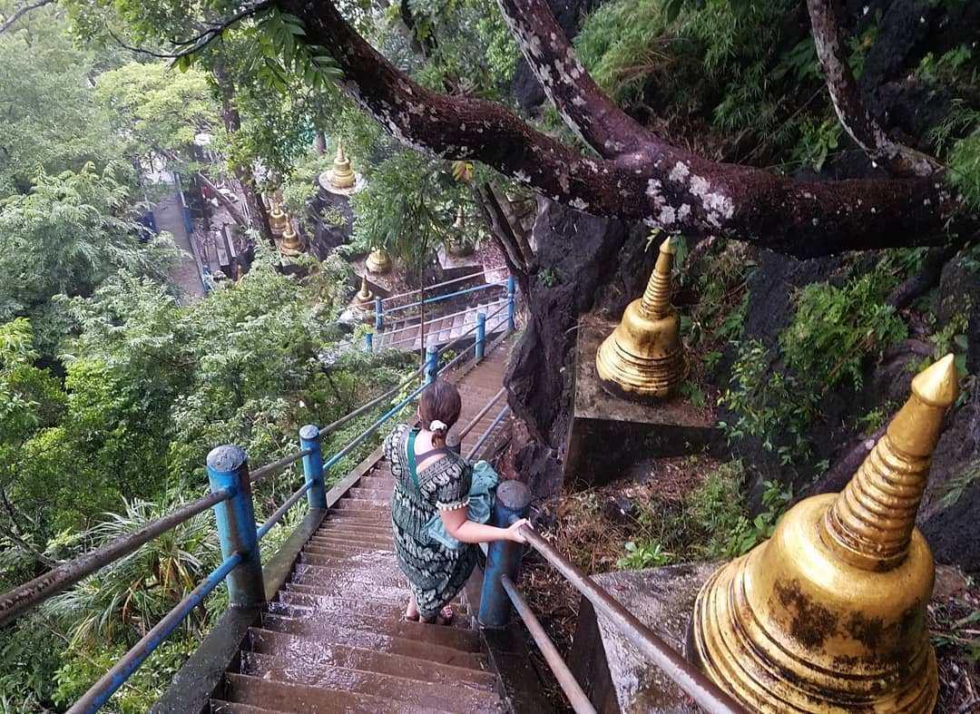 De stijle trappen van de Tiger Cave Tempel vlakbij Krabi Town