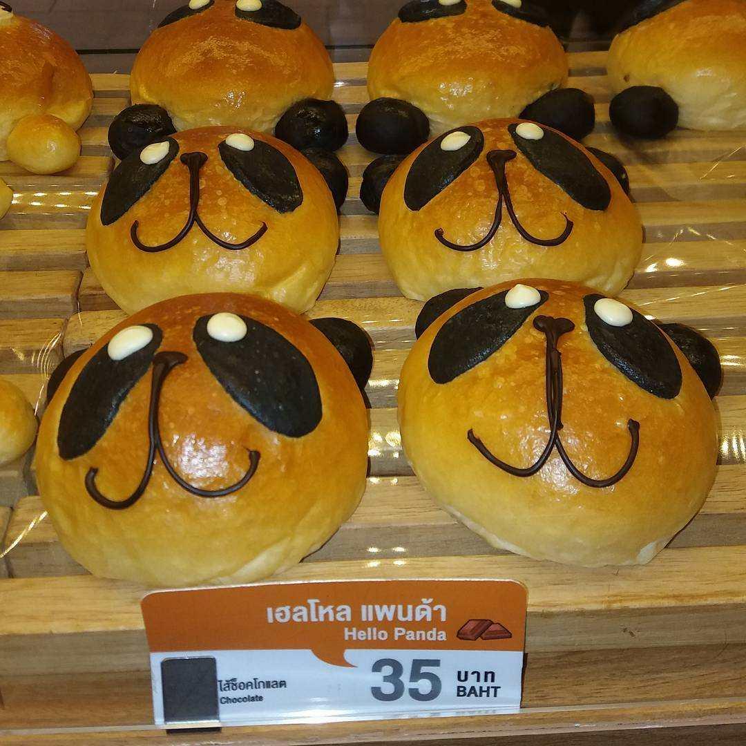 Broodje met het gezichtje van een panda erop bij BreadTalk in Siam Paragon, Bangkok (Thailand)