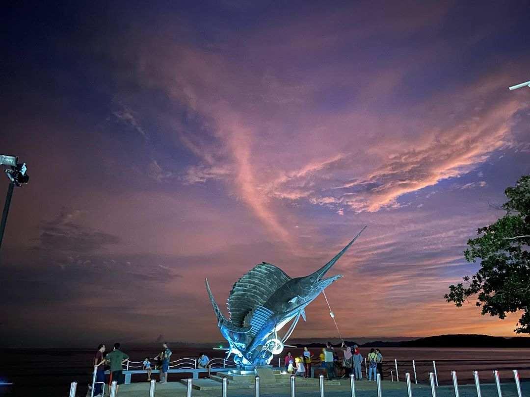 Merlin statue in Ao Nang tijdens zonsondergang