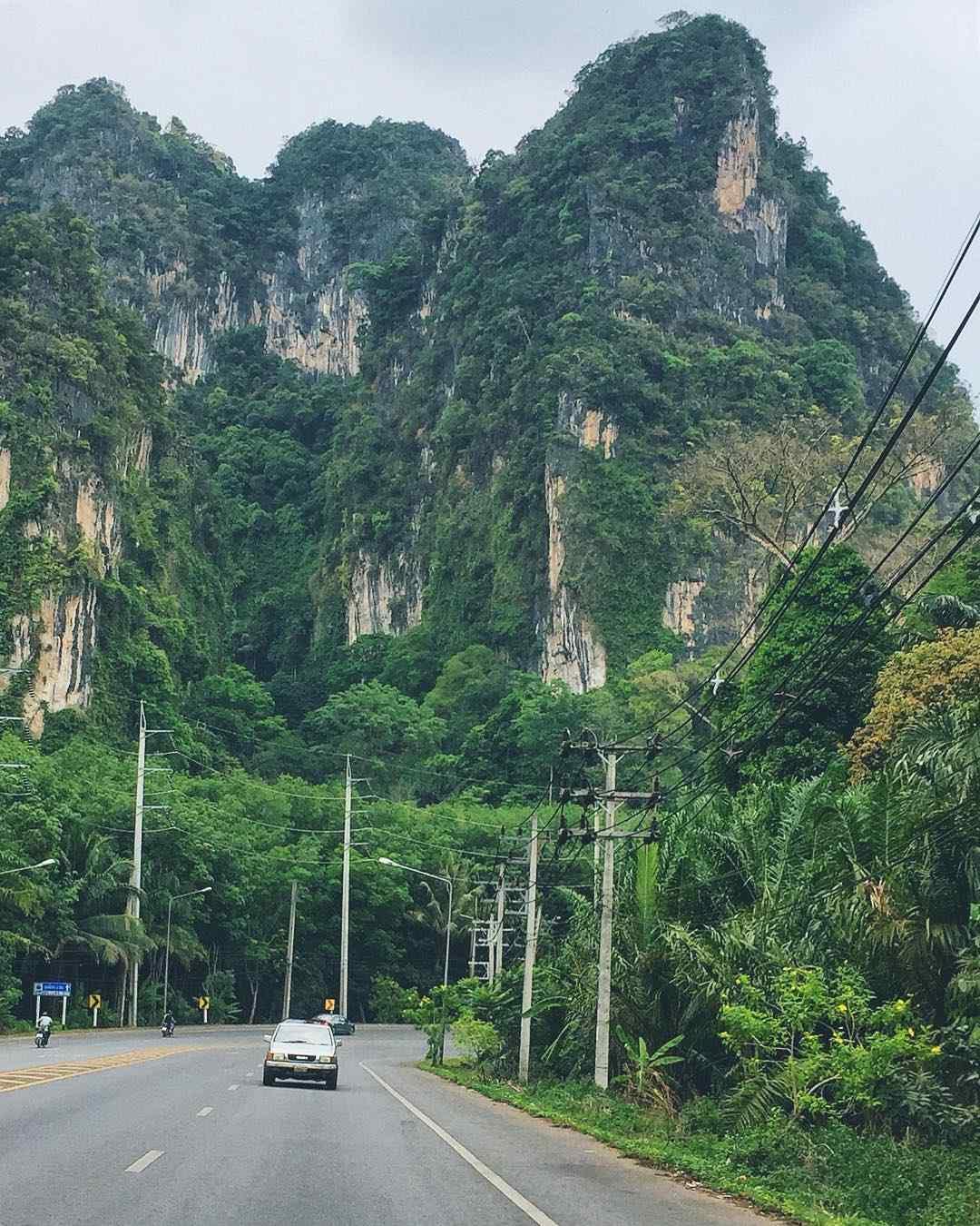 Kalksteenrotsen onderweg naar Krabi Town
