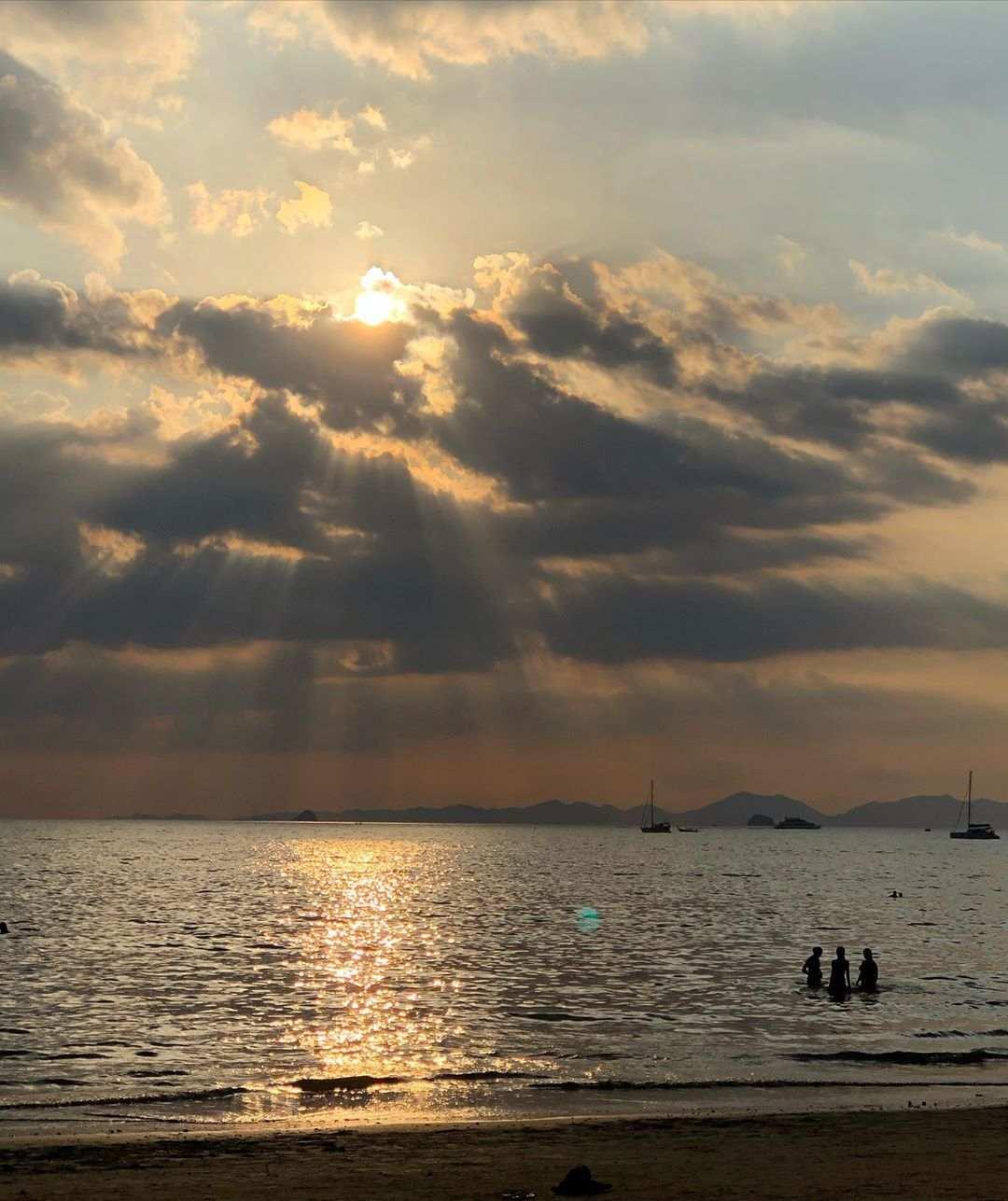 Zon die door de wolken schijnt boven de zee van Ao Nang in Thailand