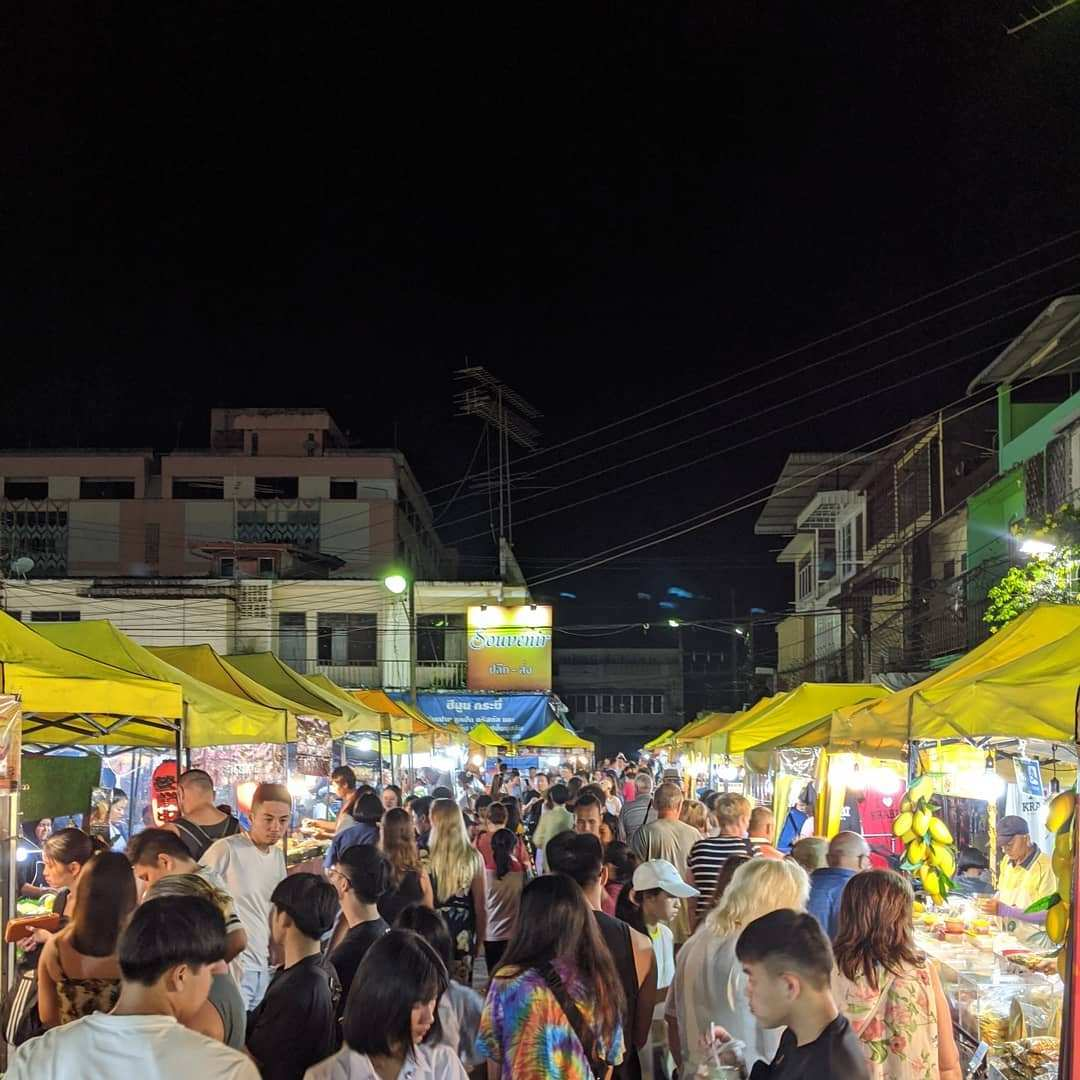 Drukke weekend markt in Krabi Town