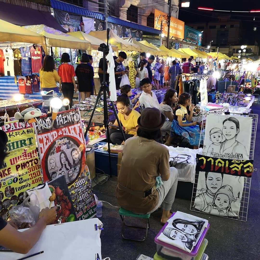 Kunstenaar op de Krabi Town Weekend Market