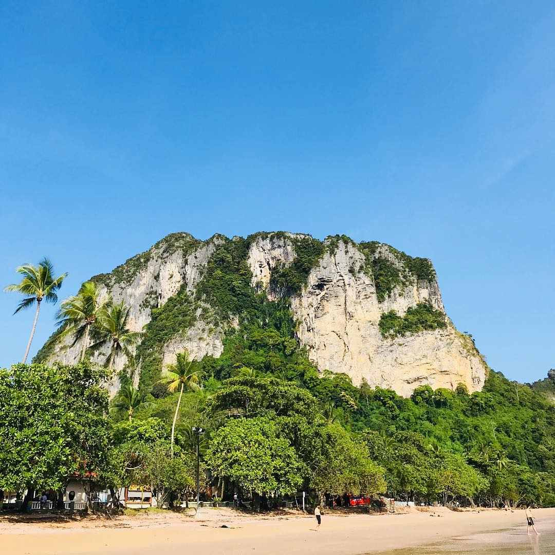 Grote kalkstenenrots bij Ao Nang in de provincie Krabi, Thailand