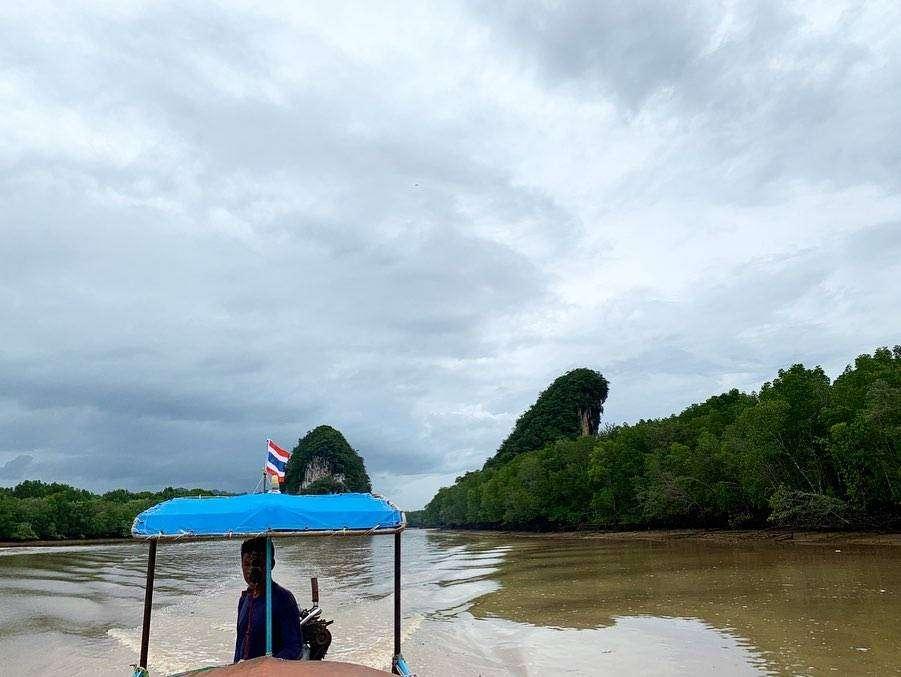 Longtailboot met op de achtergrond Khao Khanab Nam