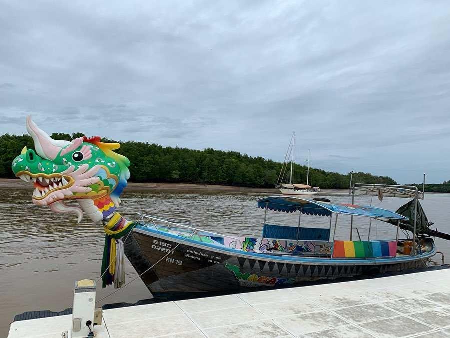 Gekke longtailboot in Krabi Town