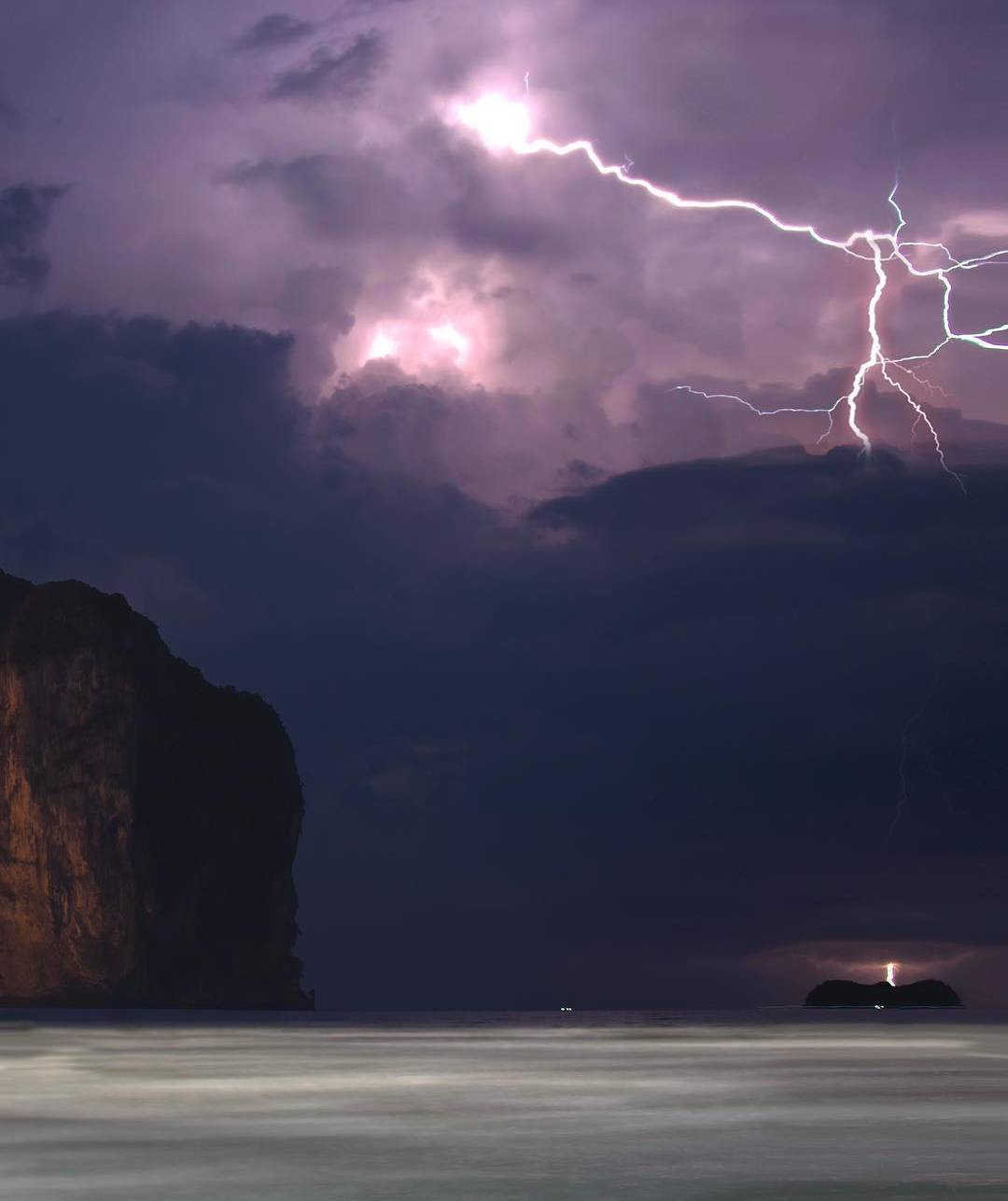 Onweersbui boven de zee van Ao Nang in Thailand