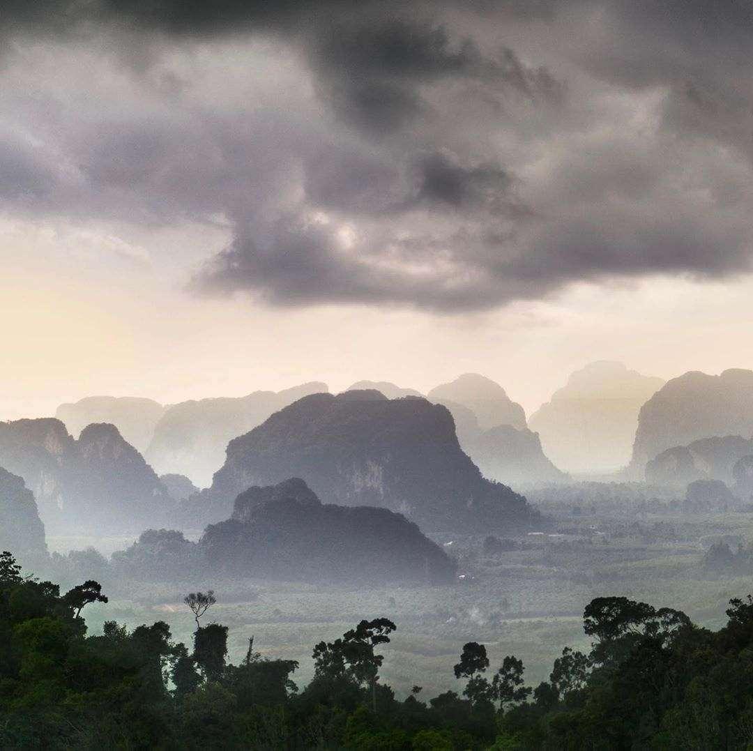Uitzicht vanaf de Tiger Cave Temple vlakbij Krabi Town