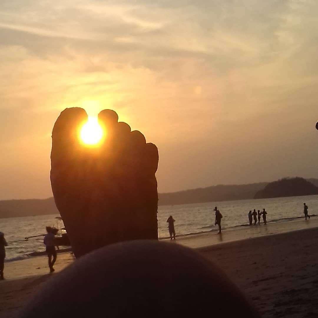 Voet met de zon die door de tenen schijnt