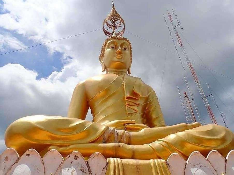 Het grote Boeddhabeeld op de berg van de Tiger Cave Temple nabij Krabi Town