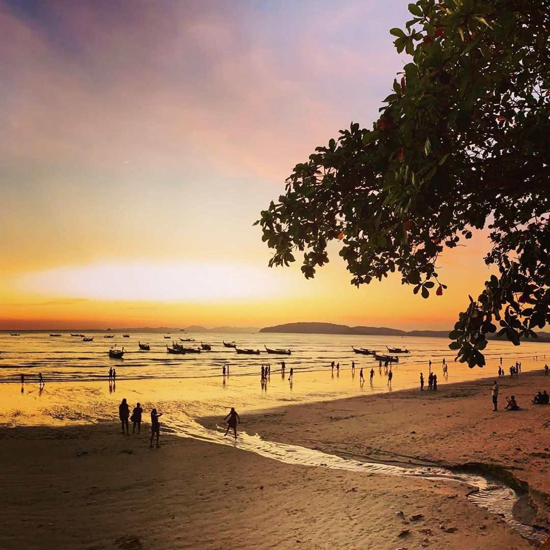 Zonsondergang op het strand van Ao Nang
