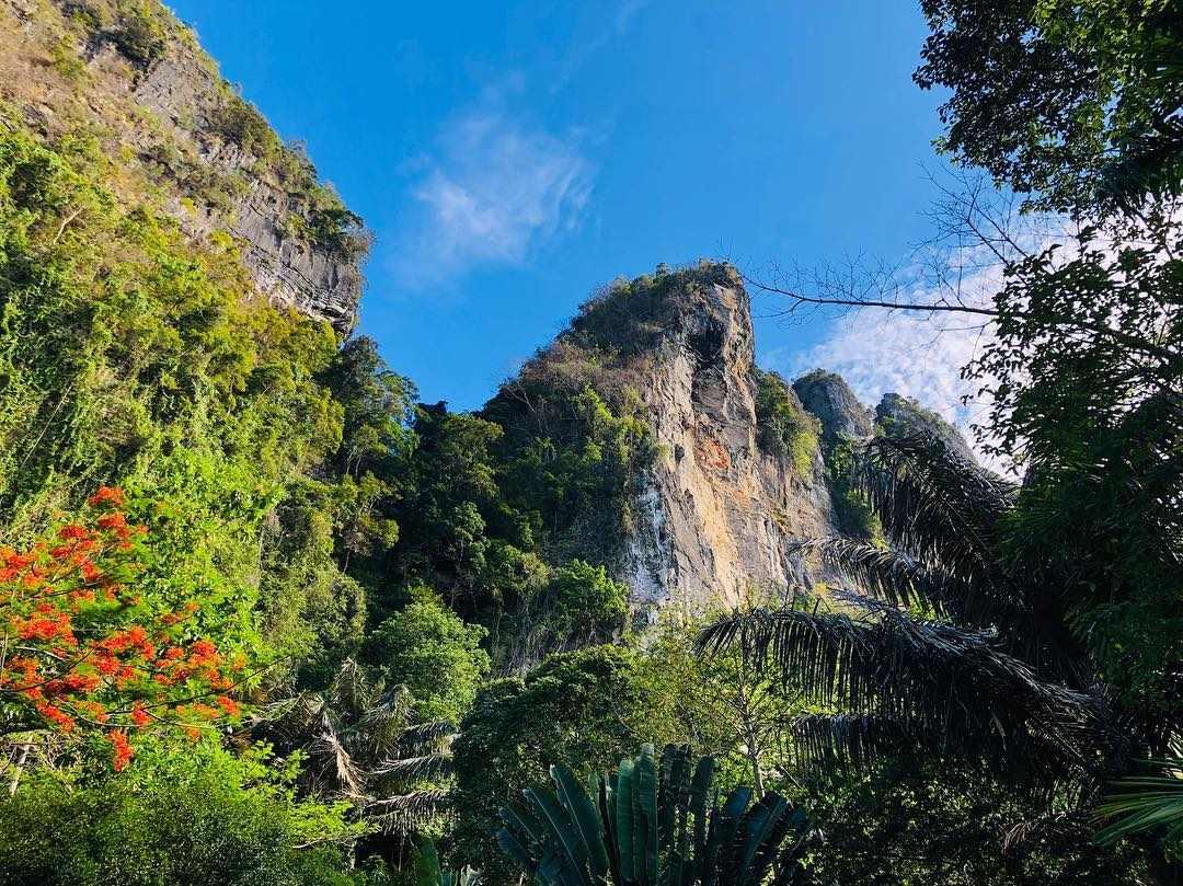 De kalksteenrotsen van Ao Nang