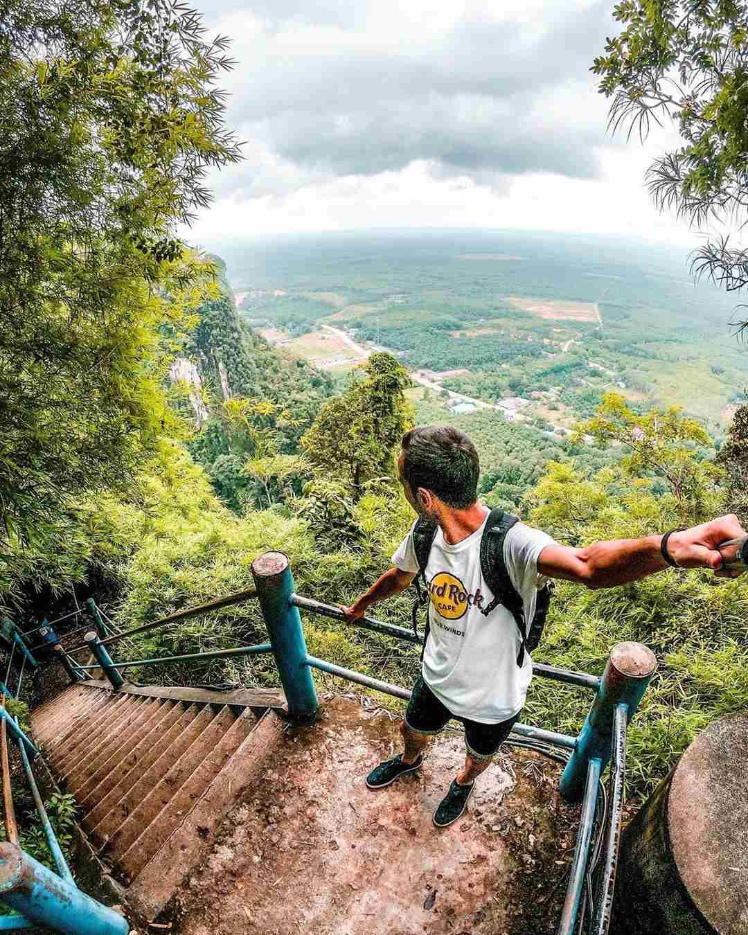 Uitzicht vanaf de trappen op de Tiger Cave Temple