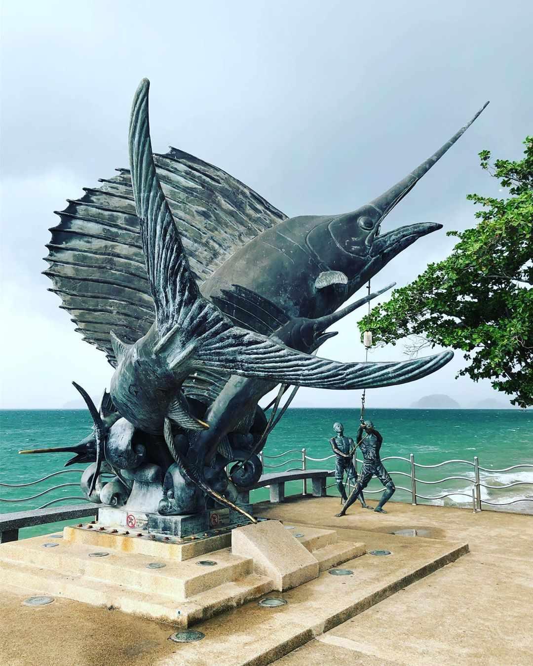 Het Merlin Statue aan de boulevard van Ao Nang
