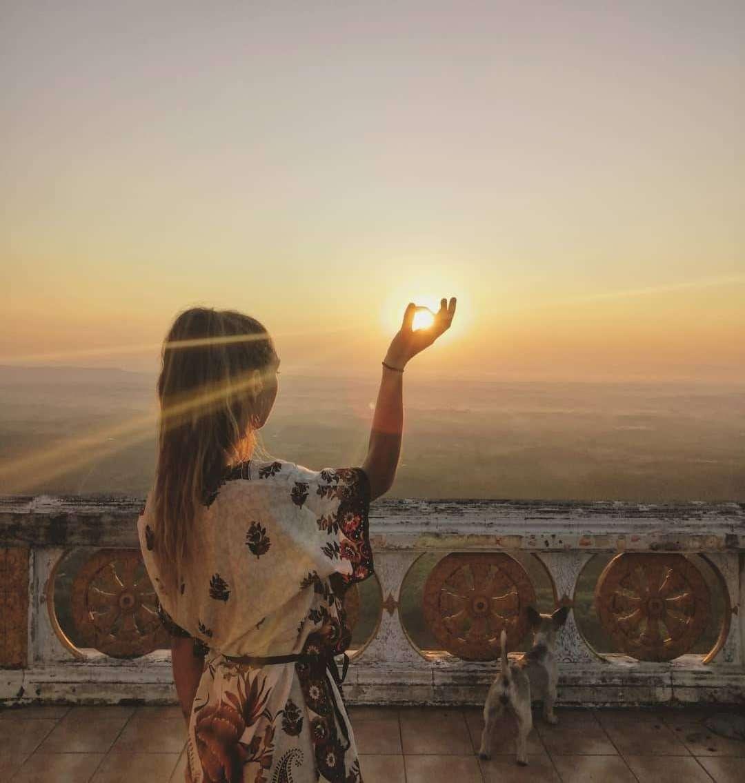 Zon in de handen van een meisje op de top van de Tiger Cave Temple in de buurt van Krabi Town