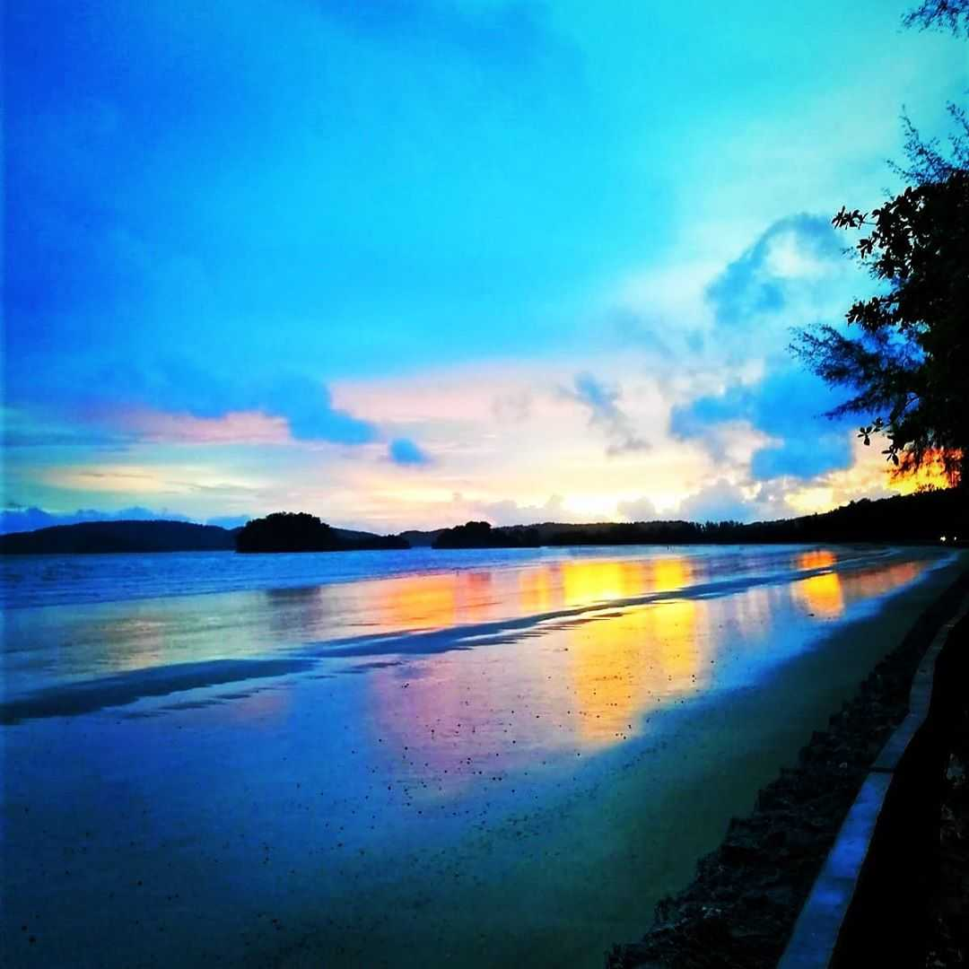 Mooie kleuren boven de Andaman zee tijdens zonsondergan
