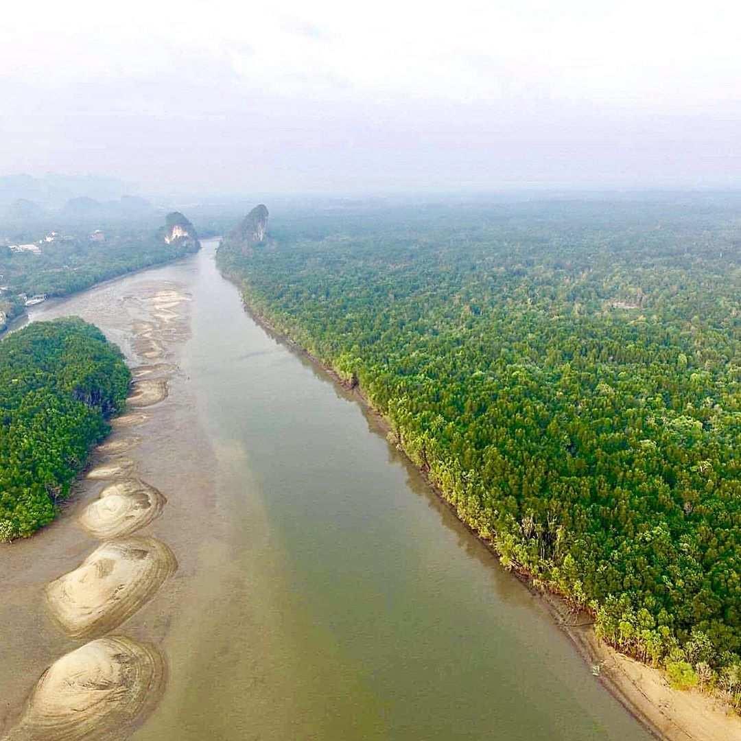 Krabi River die door Krabi Town stroomt