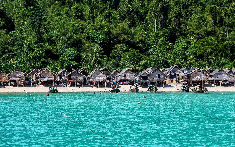 Mokum Village, sea gypsy's gezien vanaf de zee