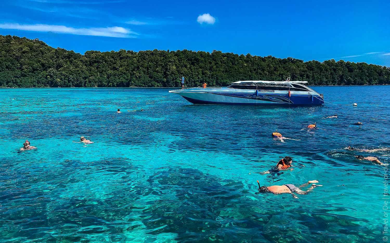 speedboot met snorkelaars in het heldere blauwe water van de Surin Eilanden
