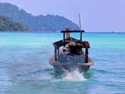 Boot Met Rokende Motor In Het Blauwe Water Rondom De Surin Eilanden