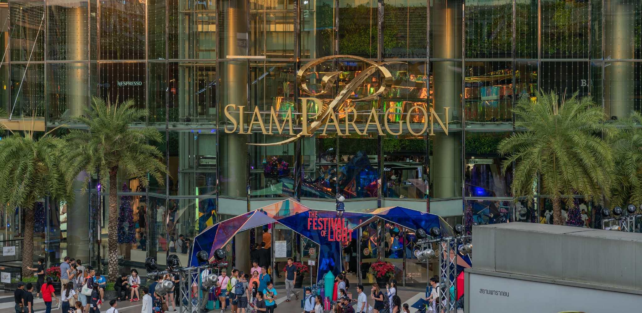 De hoofdingang van Siam Paragon gelegen in Siam Square in Bangkok, Thailand