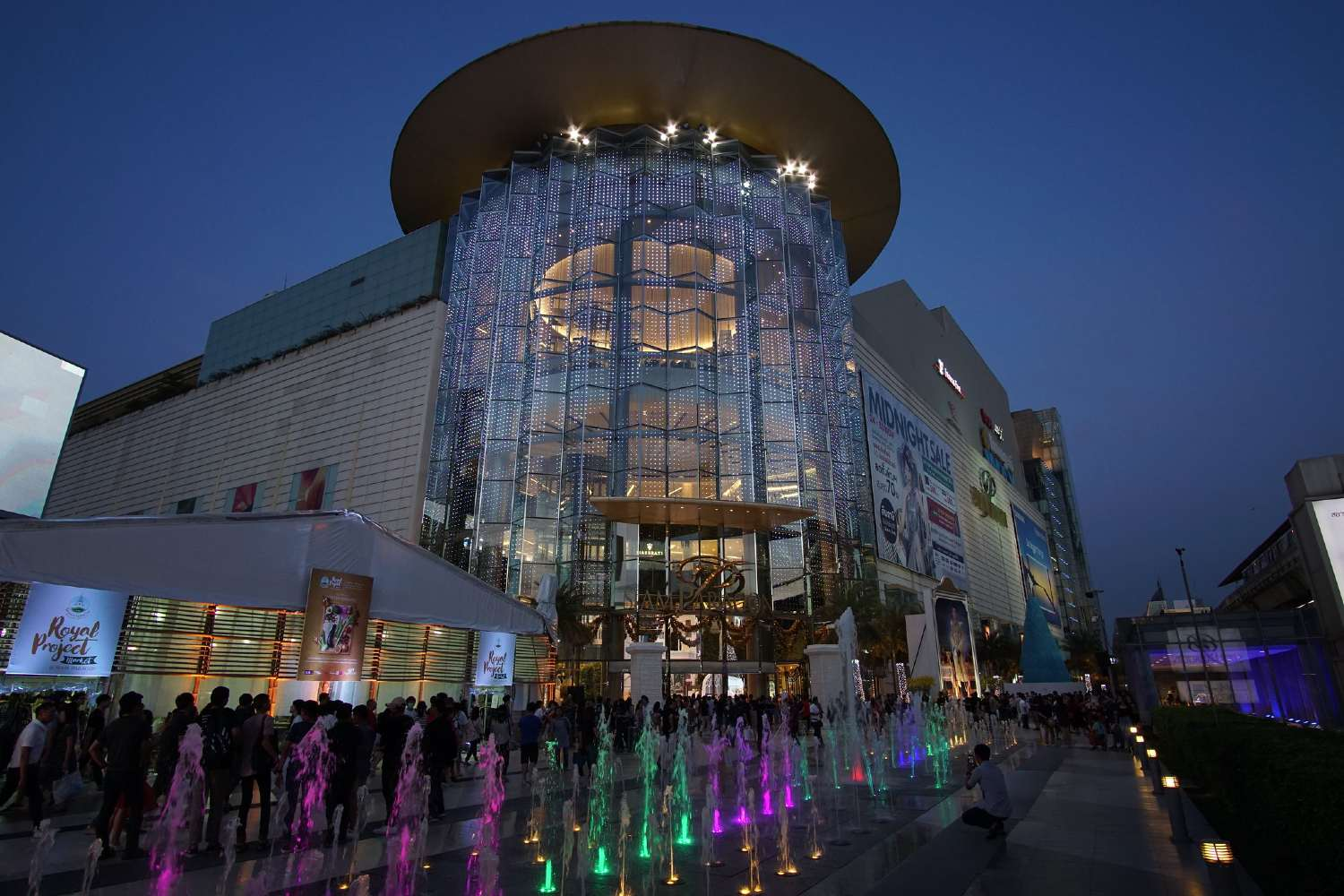 The main entrance of Siam Paragon during the evening
