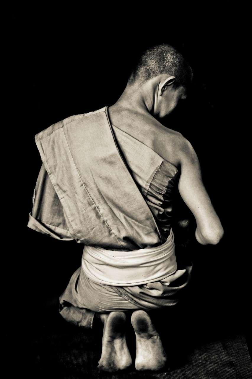 Een monnik bereidt zich voor op een avondmeditatie in de Wat Chedi Luan Boeddhistische Tempel van Chiang Mai.