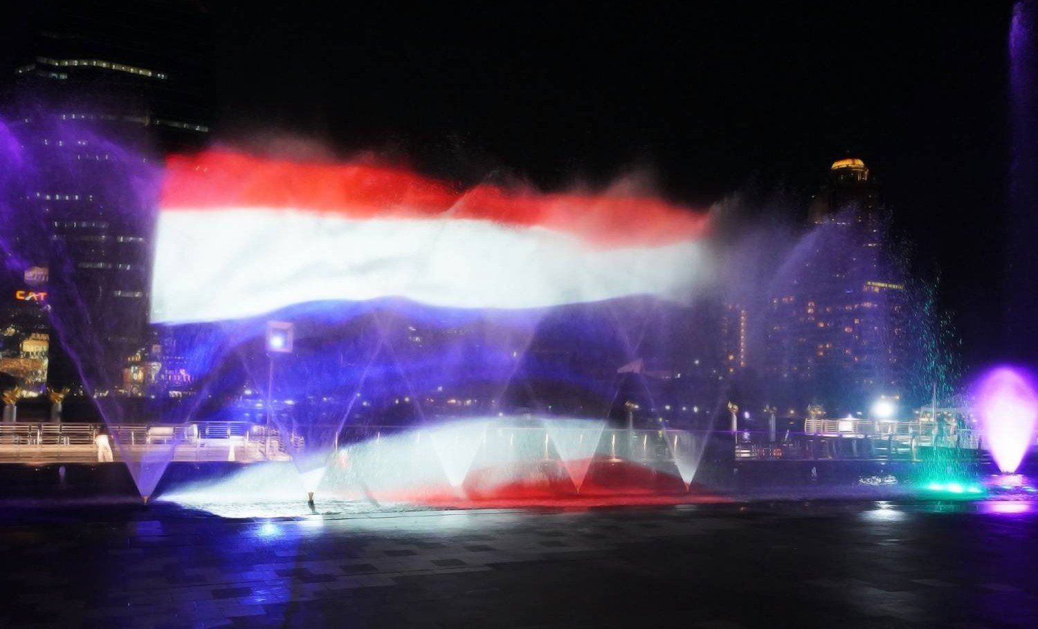 Thaise vlag tijdens de ICON Multimedia Water Feature van Ghesa bij ICONSIAM in Bangkok