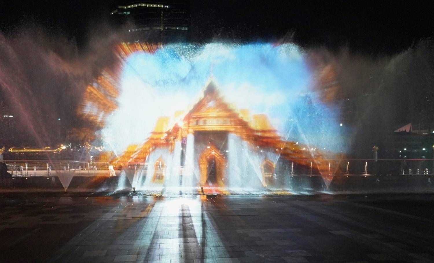 Thaise tempel tijdens de ICON Multimedia Water Feature van Ghesa bij ICONSIAM in Bangkok