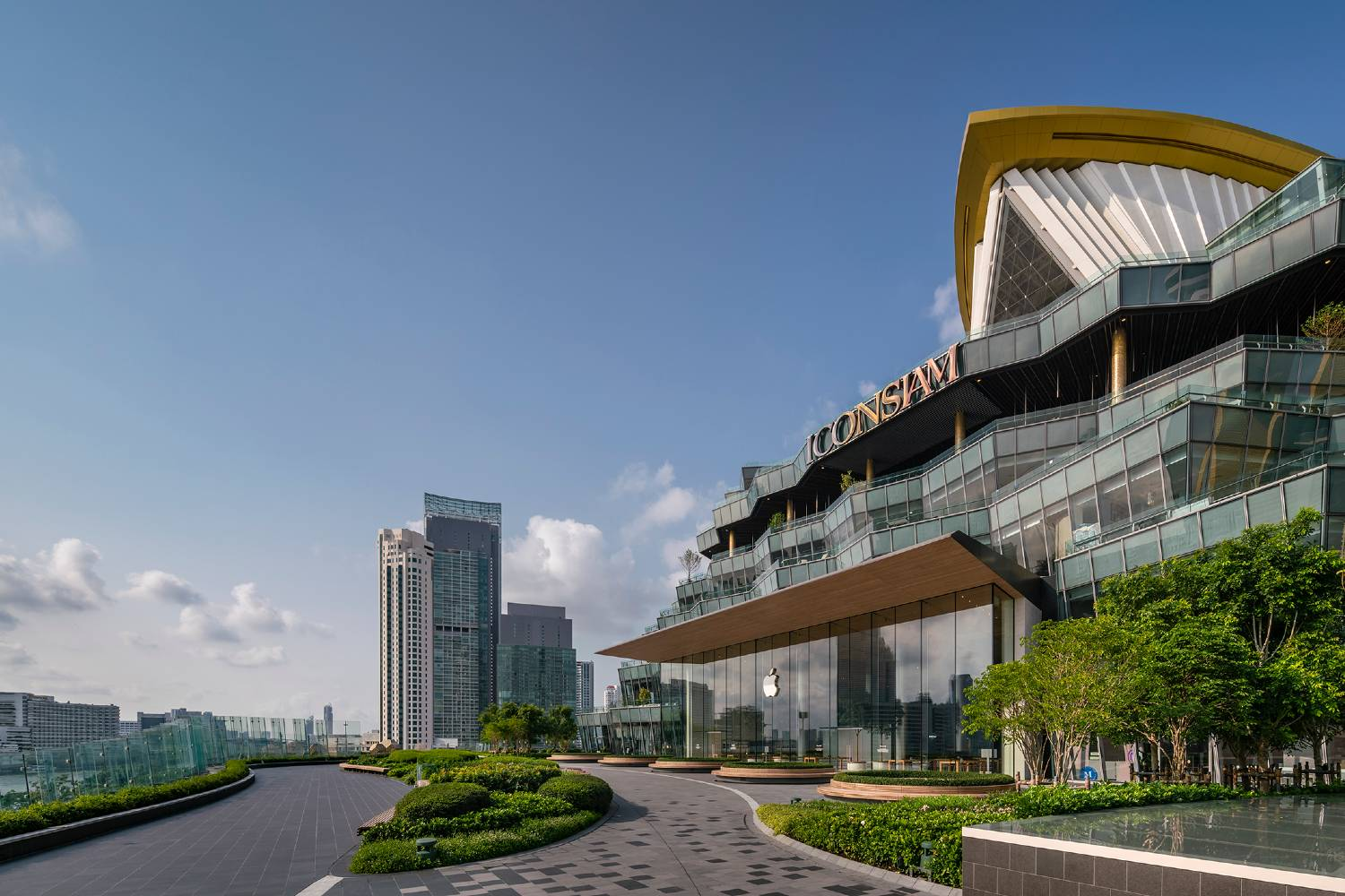 ICONSIAM Park met daaraan grenzende de Apple Store in ICONSIAM