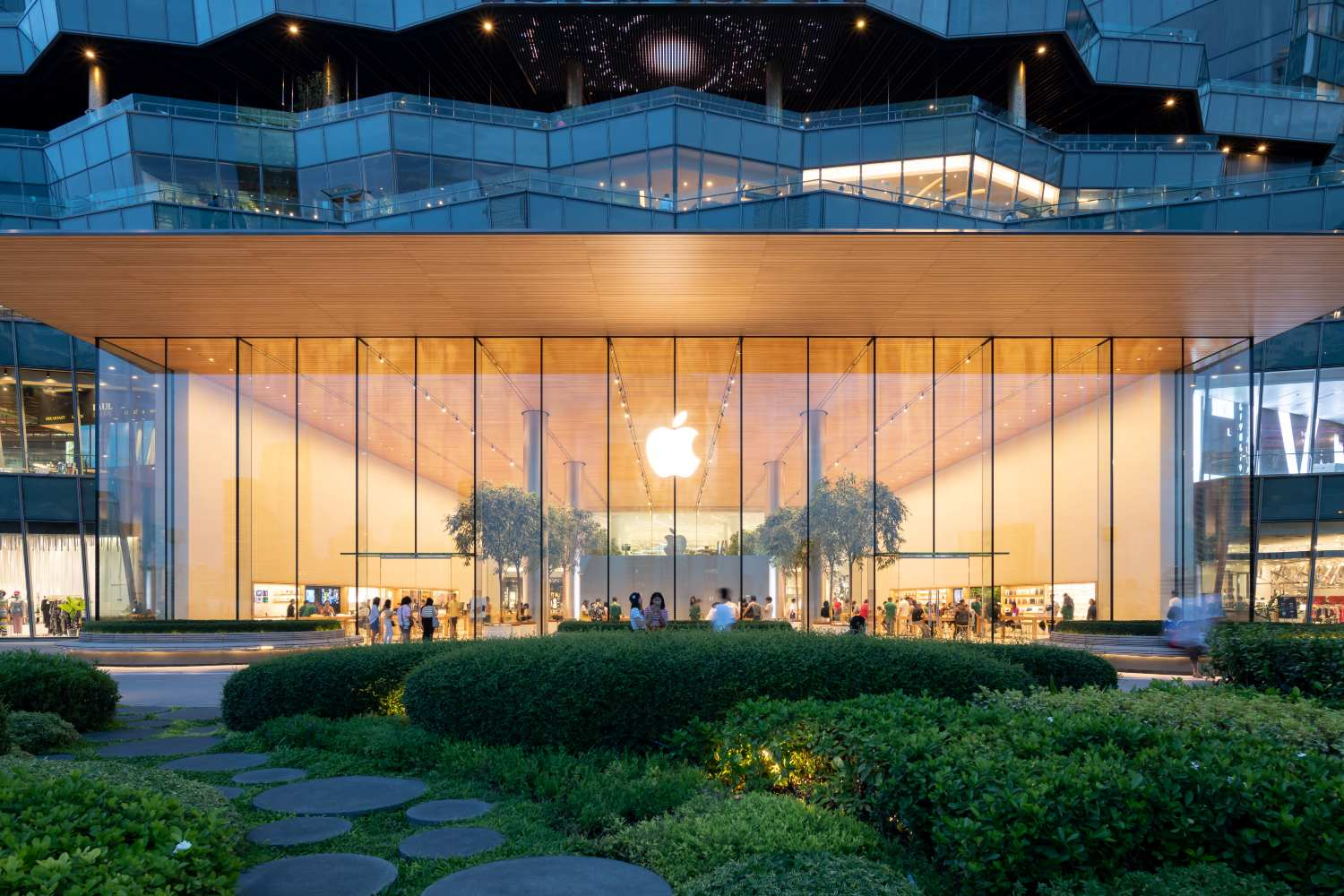 Buitenkant van de Apple Store in ICONSIAM aangrenzend aan ICONSIAM Park