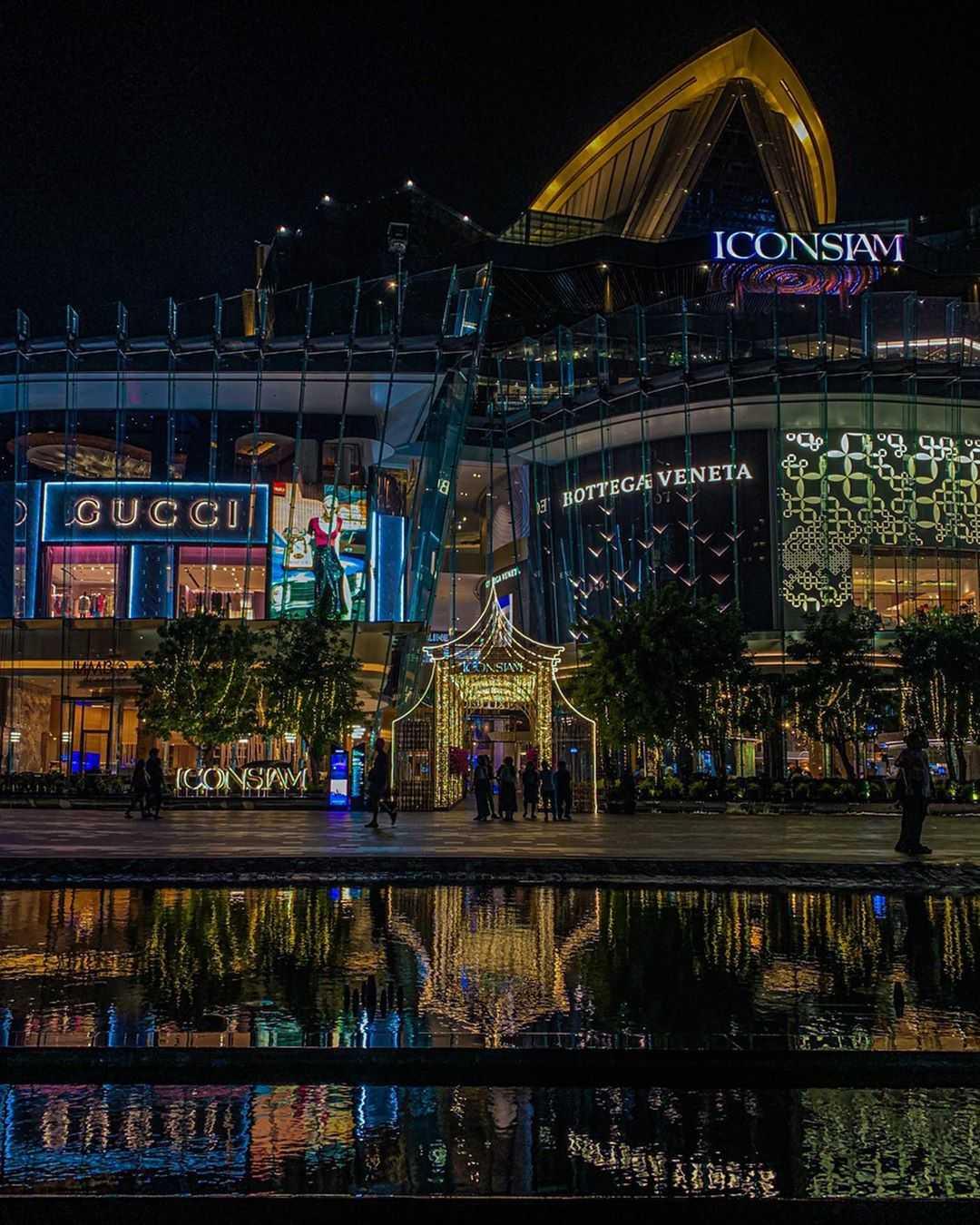 Verlichtte ICONSIAM gezien vanaf de Chao Phraya in Bangkok