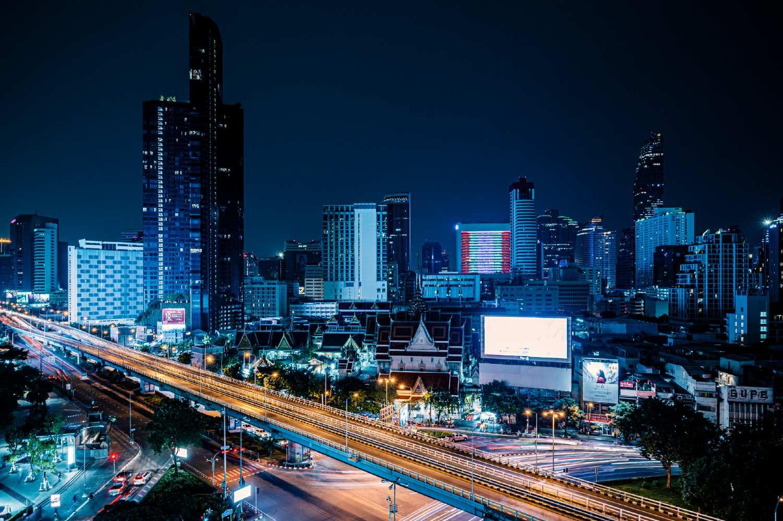Wat Hua Lamphong in Bangkok surrounded by high-rise buildings
