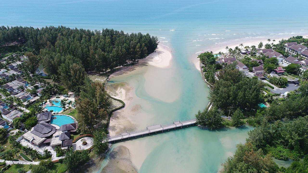 Apsara Resort met loopbrug van bovenaf gezien