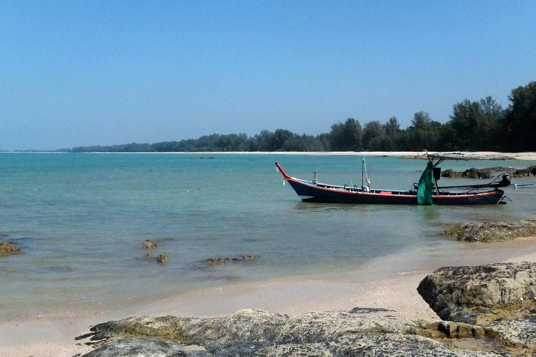 Rotsen en vissersboot in de zee van Bang Sak beach. Khao Lakk