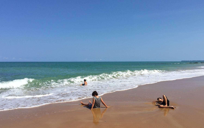 Goudgele strand, Nang Thong Beach met spelende kinderen in het zand en de golven