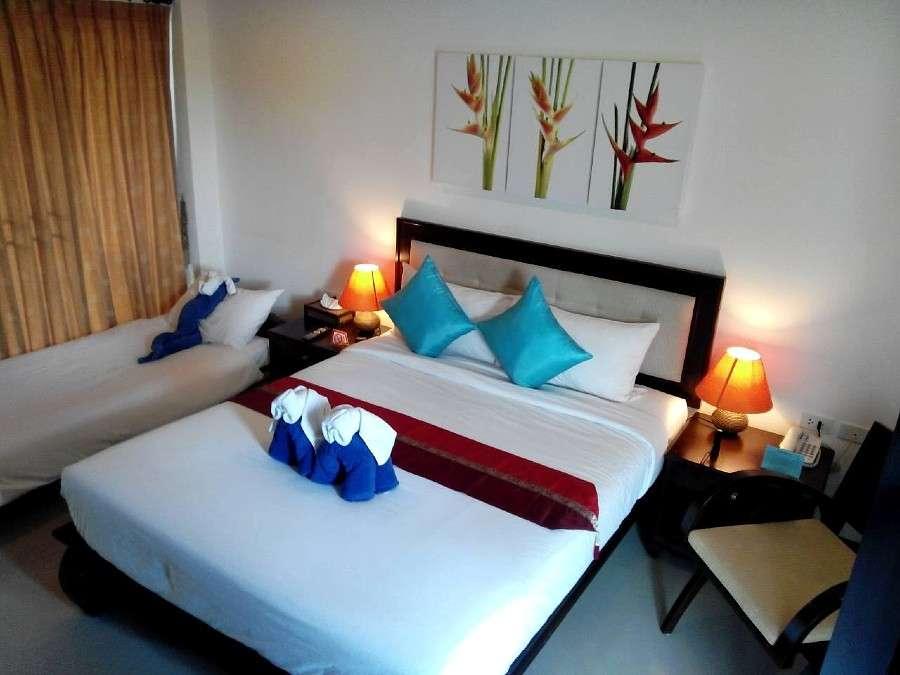 Eenvoudige nette hotelkamer met een tweepersoonsbed