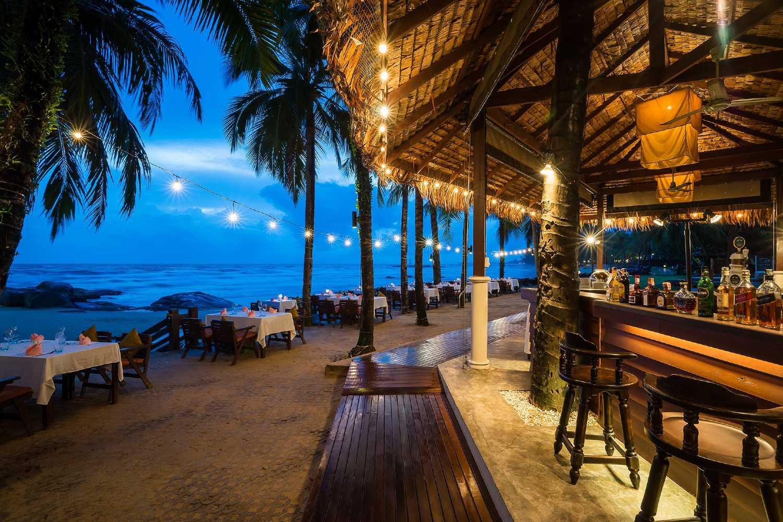 Restaurant en bar aan zee bij het strand Nang Thong Beach