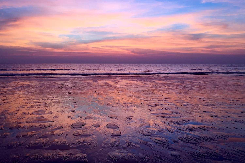 Mooie zonsondergang reflecteert in de zee van Khuk Khak Beach