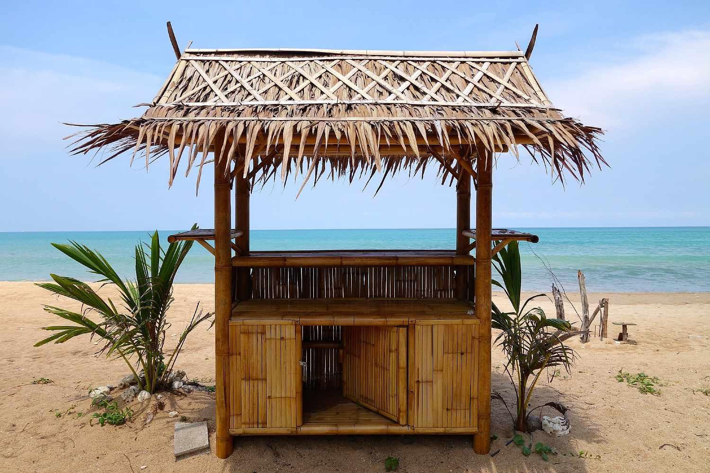 Kleine bar gemaakt van Bamboo met palmboompjes op Khuk Khak Beach