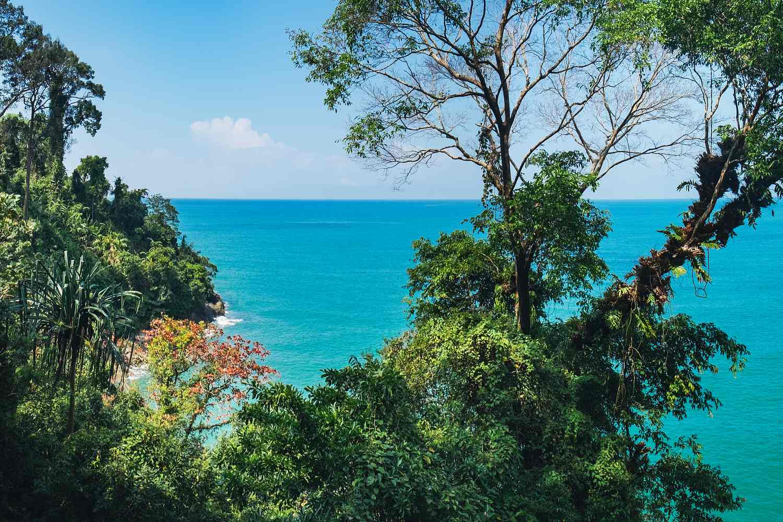 doorkijkje op klein wit strand tijdens jungle trekking in het Lam Ru National Park Koh